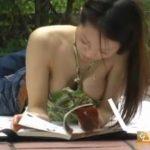公園で読書中にオッパイぽろりんぐしちゃうノーブラ人妻盗撮w