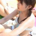 胸チラ盗撮!娘さんの水着がパカッと浮いて萌え乳首露出w