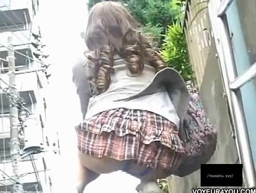 美人ギャル肛門盗撮!Tバックの紐が外野にずれて露出www