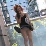 【盗撮】強風でスカートが捲れるお姉さんのパンティが可愛いw