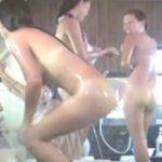 【女子風呂盗撮動画】洗い場ではしゃぐギャル達の裸体に浮かび上がるクッキリ日焼け跡w