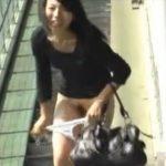 【スカート剥ぎ取り盗撮】街中で強襲しギャルのスカートを奪い去りマンコまで晒してダッシュ!