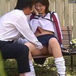 【素人カップル盗撮動画】放課後の美少女JKがベンチで彼氏にパンティ下されて愛撫承諾w