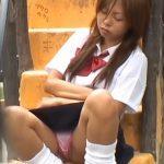 【パンチラ盗撮動画】座りながら居眠りしたギャルJKの股間から恥じらいもなく具が露出中www