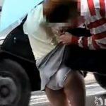 【パンチラ盗撮動画】バッグに細工して信号待ちのOLさんのスカートに引っかけて美尻ポロリw