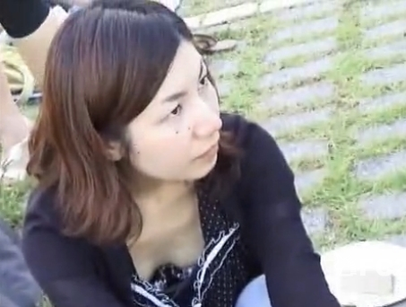 【胸チラ盗撮動画】胸元が緩いお姉さん達の乳首GET収録!隙間からチラ付く乳頭に興奮必須w