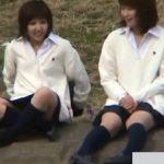 【パンチラ盗撮動画】放課後に河原で戯れる女子高生の股間ガードが緩くて完全にエロいw