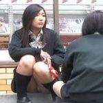 【パンチラ隠撮動画】一昔前のタイプのセブンイレブンの前で座り込んでいる放課後のJKのパンティ