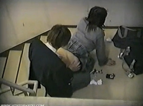 【セックス隠撮動画】裏口階段の踊り場でSEXに青春を捧げる高校生カップルの生々しい痴態w