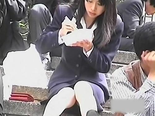 【パンチラ盗撮動画】お昼時にお弁当を頬張る美人OLのお姉さんの股間から直視するパンティw