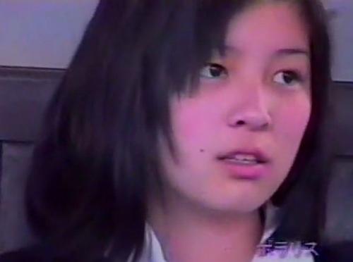 【パンチラ盗撮動画】正統派美少女の女子高生の白パンティを正面フトモモの隙間から覗き隠撮w