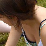 【胸チラ盗撮動画】野外イベントでタンクトップ娘の胸元ガードが緩くて絶景状態を隠し撮りw