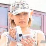 【胸チラ盗撮動画】お子さんの運動会で撮影に夢中なタンクトップ美人若妻の胸元がチラリww