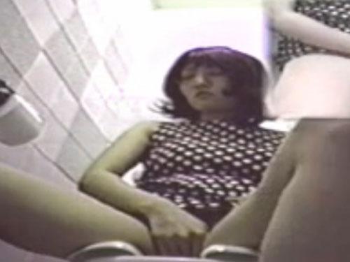 【オナニー盗撮動画】公衆トイレで息を殺すのが精一杯のオナニー女性
