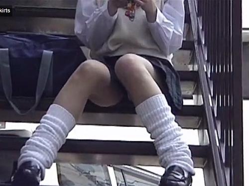 【パンチラ盗撮動画】携帯に夢中の女子高生の股間にズームしていくとパンティから具が洩れてるw