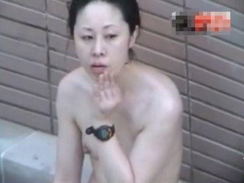 【女風呂隠撮動画】人妻らしき女性とけっこう高齢なその母親らしき女性のくつろぎの全裸収録w