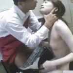 【SEX隠し撮り動画】万引きで捕まえた女の子に厳罰として強制イラマチオから挿入する店長!