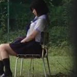 【オナニー盗撮動画】人目を気にしながらグラウンドにあるベンチに座るなりオナニーするJK