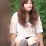 【パンチラ盗撮動画】我慢の限界で公園ベンチでトリッキーな野ションしている女の子