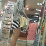 【パンチラ隠撮動画】100円ショップで買い物するミニスカ女子を着けまわしてパンチラのタイミングを計る