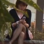 【パンチラ隠撮動画】昼休みに休憩中のOLが油断してお股開いてパンツが丸見え!
