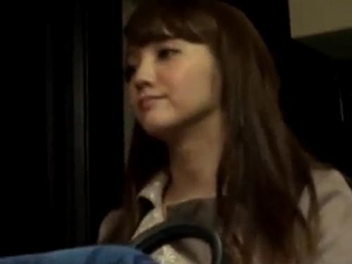 【カップル隠し撮り動画】バスの後部座席で隠れてフェラする変態お姉さんの映像!