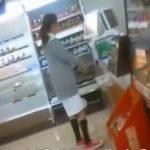 【パンチラ盗撮動画】コンビニで買い物中の白衣姿ナースに近づき商品カゴに設置したカメラで盗撮