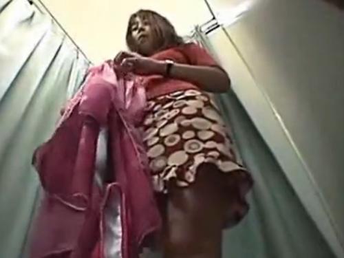 【着替え隠し撮り動画】モデル級のスタイル抜群ギャルが水着を試着しているフィッティングルーム