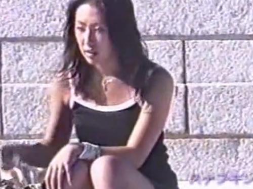 【パンチラ盗撮動画】会談に座って談笑する女の子達が話に夢中でパンツが丸見えに!!