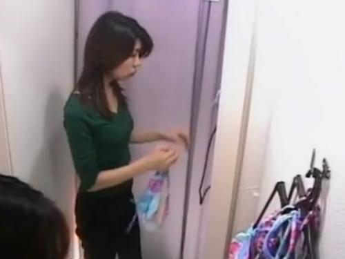 【着替え盗撮動画】スタイル抜群のお姉さんが派手な水着を試着中を隠し撮り