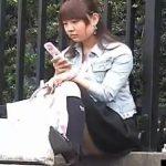 【パンチラ隠し撮り動画】携帯に集中している女子のパンチラ狙ったらほんのり整理の跡が!!