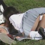 【カップル盗撮動画】昼間っから公園にシート敷いて彼女にフェラさせている学生カップル