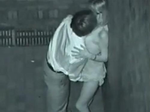 【カップル隠し撮り動画】スタイル抜群のギャルと夜の公園でエッチなことしているカップル