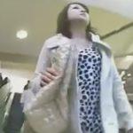 【パンチラ隠し撮り動画】見た目からエロそうな美女を追跡してパンチラを狙う盗撮師!!