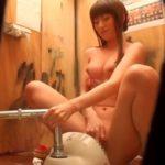 【オナニー盗撮動画】海の家トイレでアイドルに勝る美女が本息オナニーを披露www