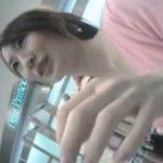 【胸チラ隠撮動画】ショップ店員が商品説明の為しゃがんだ瞬間の胸元を逃がさず盗撮!!