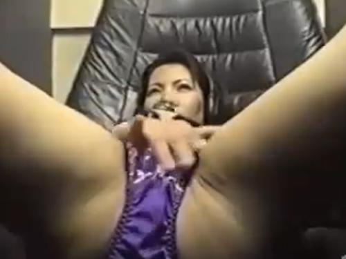 【オナニー隠撮動画】ビデオBOXにブっといディルドを持ち込んでズボズボ入れ込む熟女
