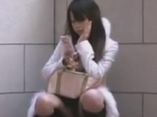 【パンチラ隠し撮り動画】しゃがんで携帯に夢中の女性がお股が開きっぱなしで正面撮り!