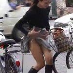 【パンチラ盗撮動画】最高の美人妻にエロ可愛ハプニング!スカート捲れてパンティを隠そうとする仕草がタマランw