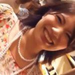 【パンチラ盗撮動画】満面の笑みで接客してくれる美人店員のお姉さんですが情け容赦なくパンティを正面撮りw