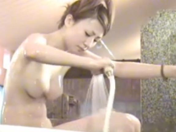 【女子風呂盗撮動画】スレンダー超美人JDの巨乳が水を弾きながらプルンプルンのプリプリでご飯三杯はイケるw