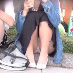 【パンチラ隠し撮り動画】公園で地べたに座る女子のパンスト越し白パンツを撮影!