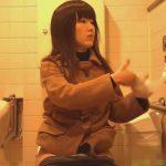 【女子トイレ隠撮動画】生理中なのかパンツにナプキンがついているお姉さんの放尿シーン!