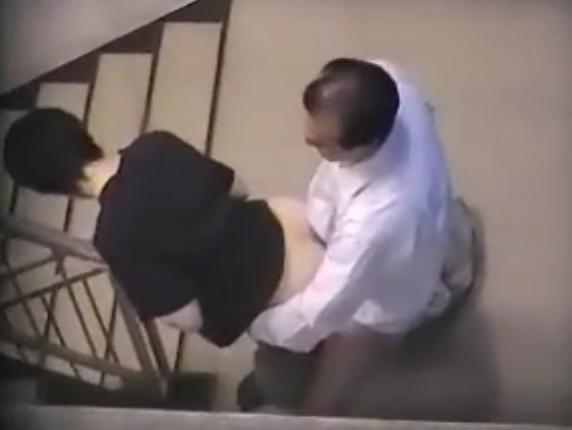【SEX盗撮動画】短髪でオナベっぽく処女なんじゃないかと噂される事務員が会社の上司と階段でハメ狂っていたw
