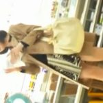 【パンチラ盗撮動画】ハーフコートで身を包んだ清楚美人のお姉さんの清純白パンティを逆さ撮りアングルで隠撮!