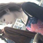 【胸チラ盗撮動画】貧乳美人ショップ店員のお姉さんの小粒な乳首をGETした本物リアル映像を発見したので共有w