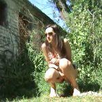 【小便女性盗撮動画】ハリウッドセレブ級の佇まいでグラサン美形のカッコいいお姉さんは野外放尿中でしたww