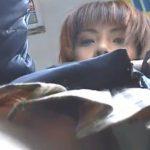 【パンチラ盗撮動画】電車内で荷物に忍ばせたカメラでギャルのパンティ撮影!可愛い顔して超お色気ダダ漏れw