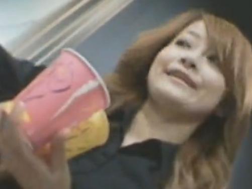 【希少パンチラ盗撮動画】パチンコで負けた鬱憤晴らしと金を取り戻すためにコーヒーレディのスカート内隠撮販売!