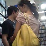 【パンチラ盗撮動画】レンタルDVDをイチャ付きながら選んでいるカップルの彼女さんを激オコ接写逆さ撮り!
